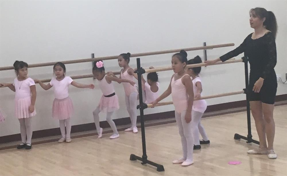 Children ballet dance class - work on barre